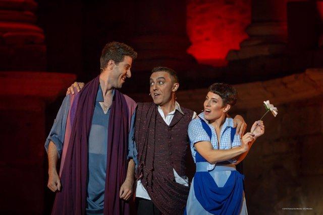 Los actores de 'La comedia del fantasma', en el teatro romano de Mérida