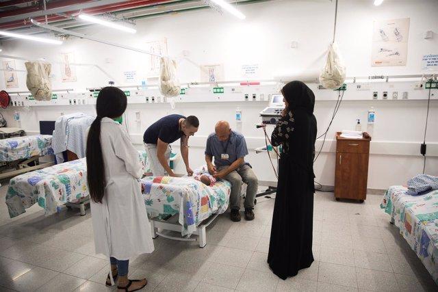 Doctor y pacientes en Siria