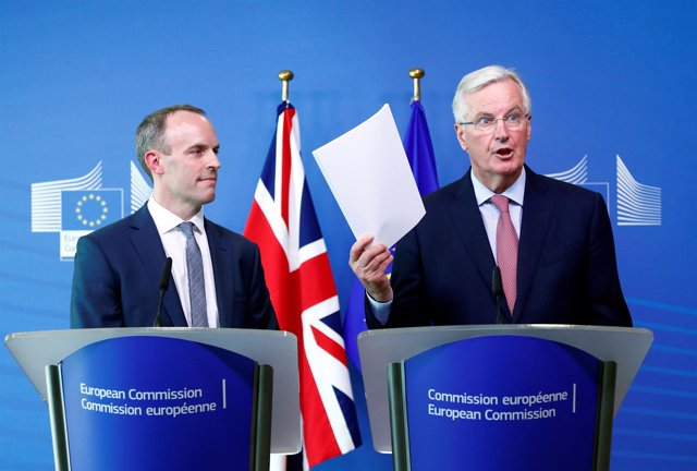 Michel Barnier y el nuevo ministro británico para el Brexit, Dominic Raab