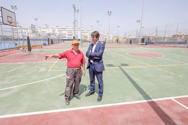 Reinstalación de las torres de iluminación del centro deportivo Hytasa