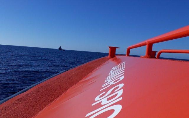 Rescatan una patera con cinco personas y a punto de hundirse en el Estrecho