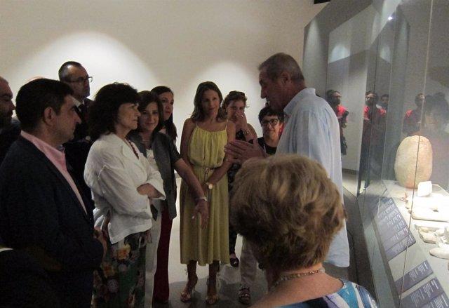 Carmen Calvo atiende las explicaciones de Manuel Molinos en el Museo Íbero.