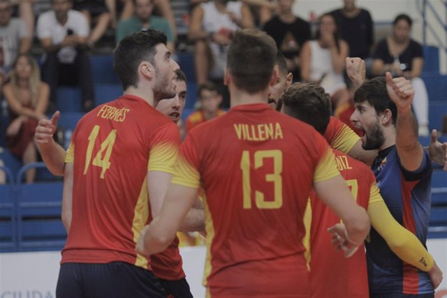 Los jugadores de la selección española de voleibol celebran un punto