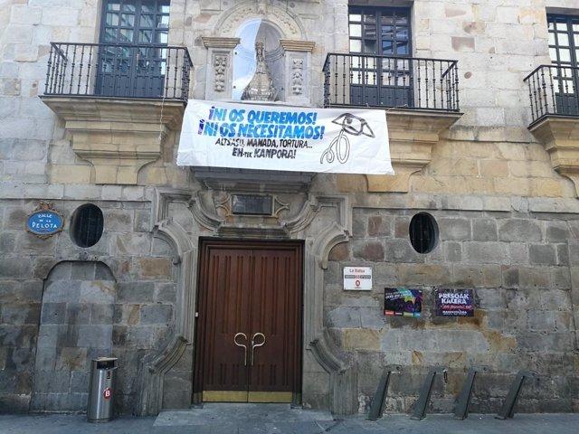 Pancarta contra la Guardia Civil en el Casco Viejo de Bilbao