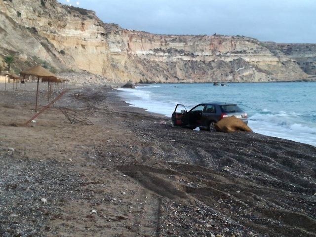 Coche atrapado en una playa de Melilla
