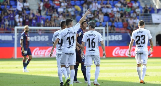 El Huesca cae de pie en Primera