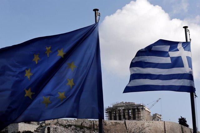 Banderas griega y europea delante del Partenón en Atenas