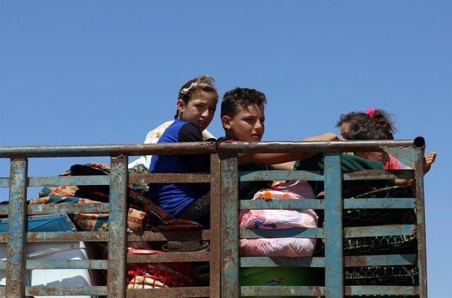 Niños en un camión en la provincia de Derá