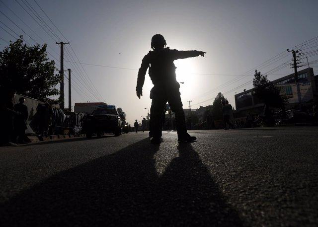 Policía afgano tras un atentado suicida en Kabul