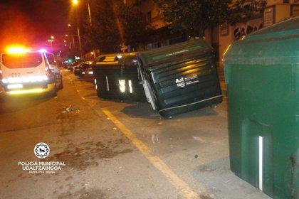 Choca contra cuatro vehículos aparcados y dos contenedores y da positivo en alcoholemia