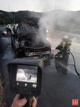 Vehículo incendiado en la autovía