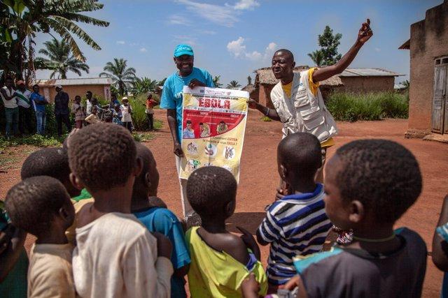Trabajadores de UNICEF en una sesión informativa con niños sobre el ébola en RDC
