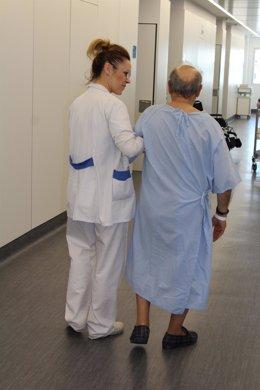 Personal sanitario del Hospital Rey Juan Carlos con un paciente