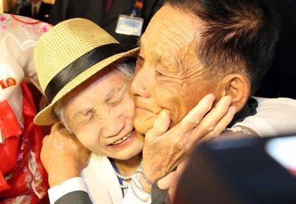 Cientos de coreanos separados por la guerra vuelven a abrazarse gracias a la distensión política