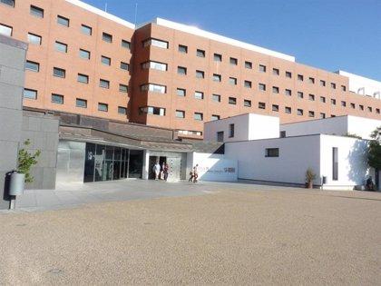 La niña de dos años que cayó a una piscina en La Solana continúa en estado crítico en la UCI