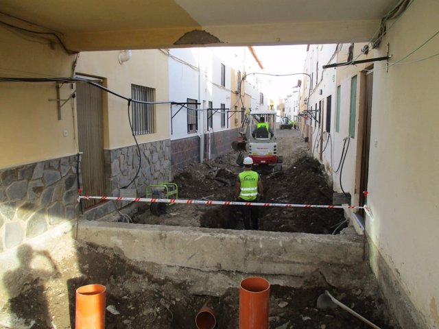 Operarios ejecutan obras en una de las calles de Abla