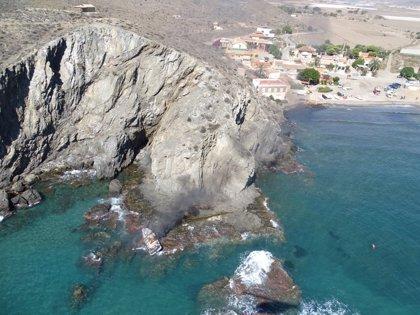 Arde un barco en la playa de Puntas de Calnegre (Lorca)