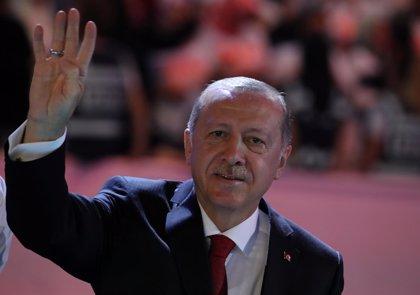 """Erdogan avisa de que Turquía """"no se arrodillará"""" tras el """"ataque"""" contra su economía"""