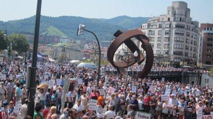 Miles de pensionistas reclaman en fiestas de Bilbao unas pensiones dignas apoyados por jubilados de otras comunidades