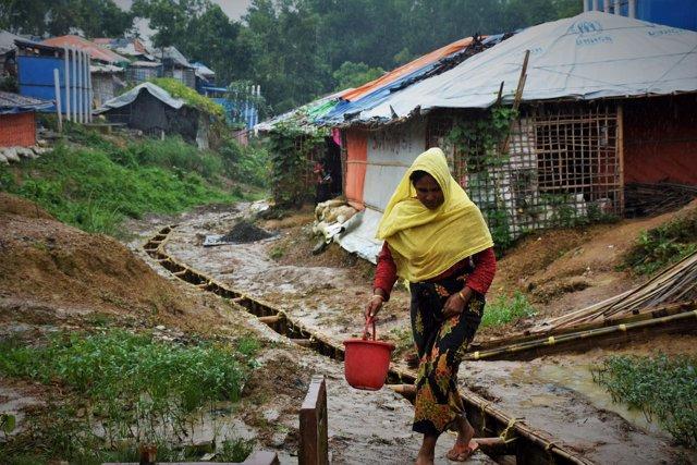 Ayesha recoge agua en los campamentos de refugiados
