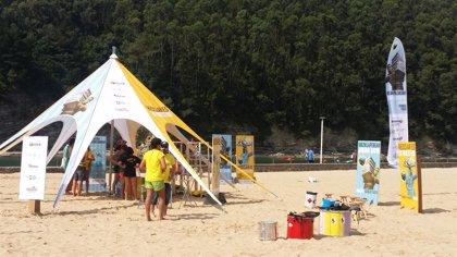 Una treintena de playas y pueblos vascos acogen una campaña para animar a consumir responsablemente y reciclar