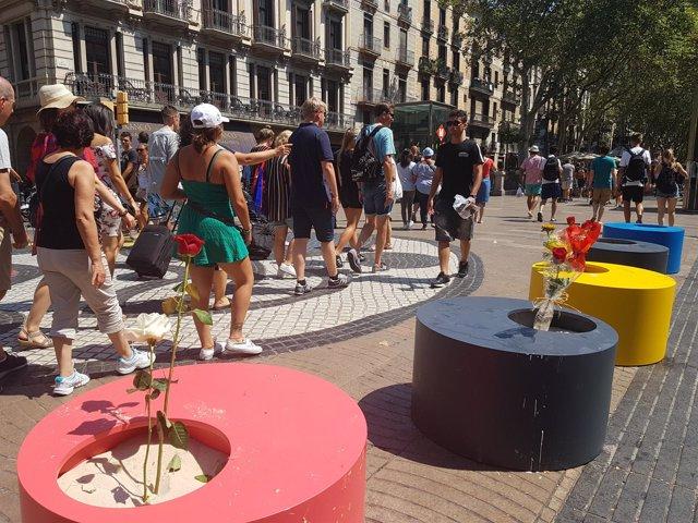 Se retiran las macetas colocadas por el 17A en el mosaico de Miró de La Rambla