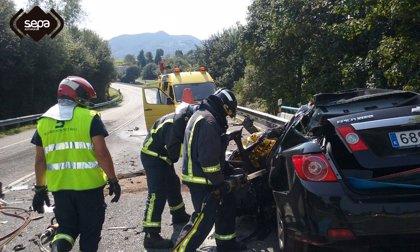 Un fallecido en una colisión entre un camión y un coche en Nava