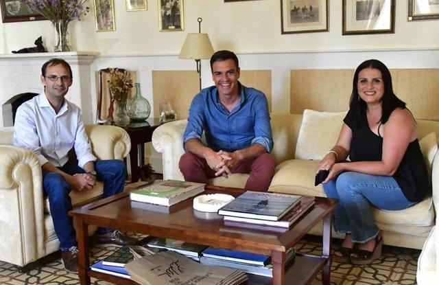 La alcaldesa de Almonte, Rocío Espinosa, se reúne con Pedro Sánchez.