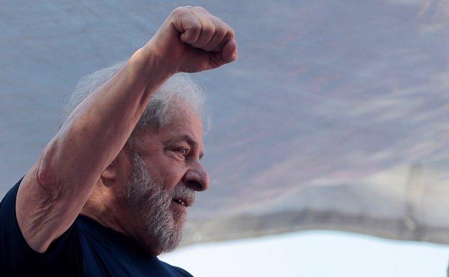 El expresidente Lula da Silva atendiendo a unas protestas en abril de 2018