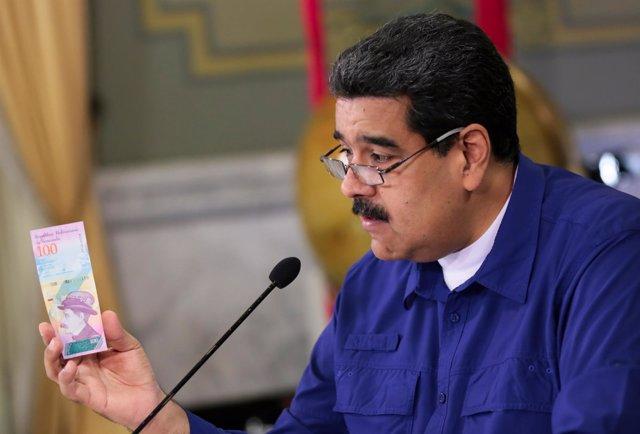 Maduro con un billete del nuevo bolívar soberano
