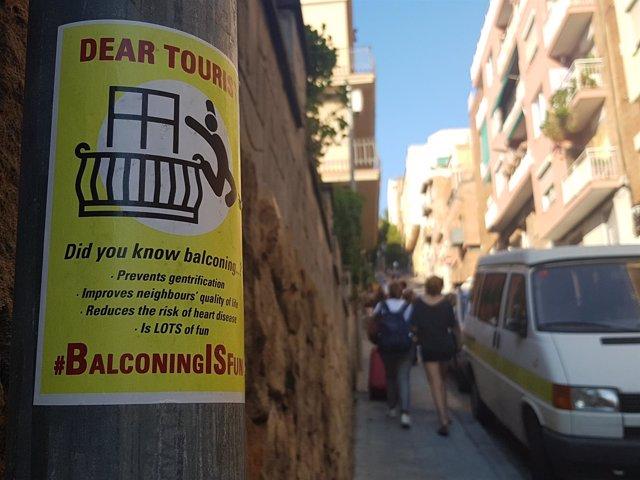 Cartel que invita a los turistas a practicar 'balconing'