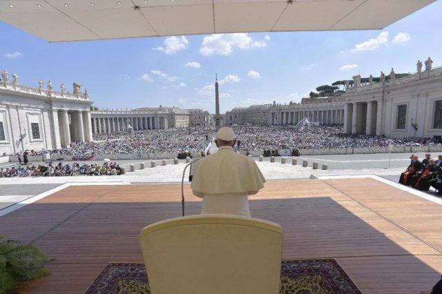 El Papa reza el Ángelus en la Plaza de San Pedro del Vaticano