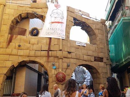 Turistas escalan la estructura que simula el Coliseo en las fiestas de Gràcia y la policía les hace bajar