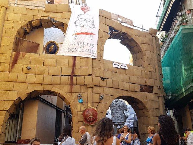 Decoración por las fiestas de Gràcia que simula el Coliseo