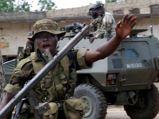 Soldados nigerianos en un control