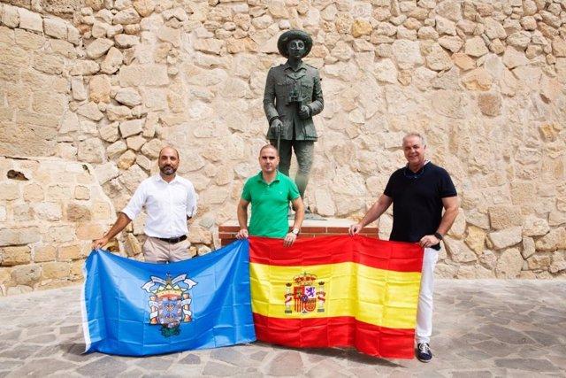 Miembros de VOX Melilla ante la estatuta dedicada a Franco