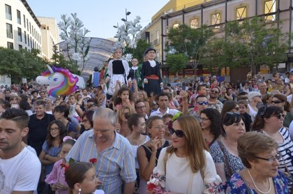 Miles de personas y más de 20.000 claveles protagonizan la Batalla de las Flores en Almería