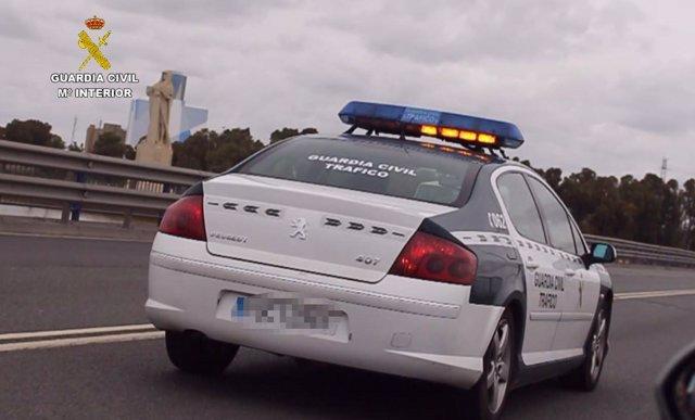 Vehículo de la Guardia Civil en operación de tráfico