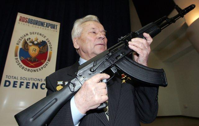 Kalashnikov posa con su rifle