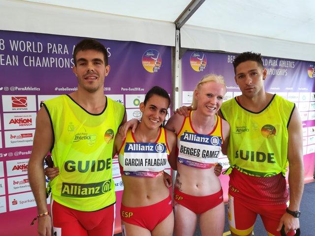 Les atletes paralímpiques Melany Berges i Alba García amb els seus guies
