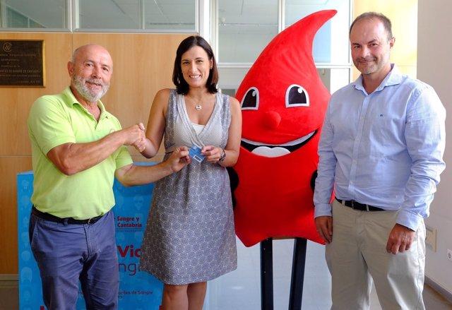 Gema Igual recibe el carné de donante de sangre