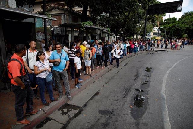 Colas en Caracas para coger el autobús