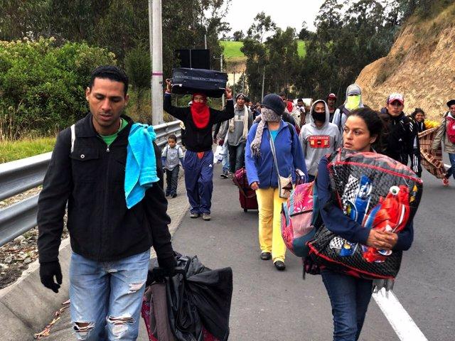 Inmigrantes venezolanos por una carretera ecuatoriana para entrar en Perú