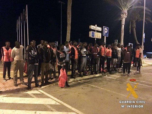 Inmigrantes auxiliados en Roquetas (Almería)