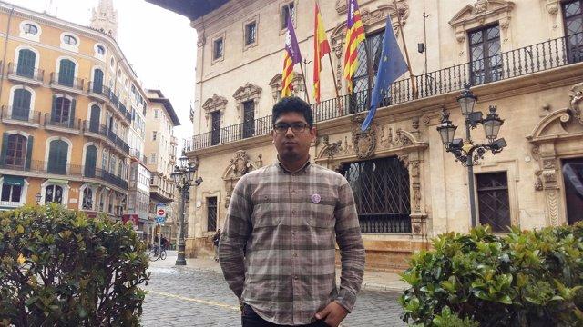 Aligi Molina con la bandera de Europa a media asta