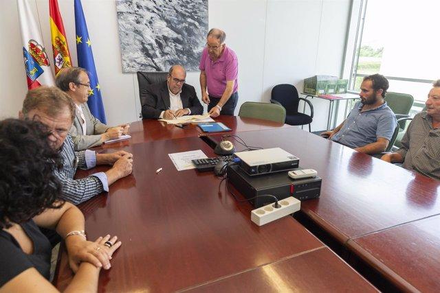 El consejero de Medio Rural, Jesús Oria, firma acuerdos sobre raza tudanca