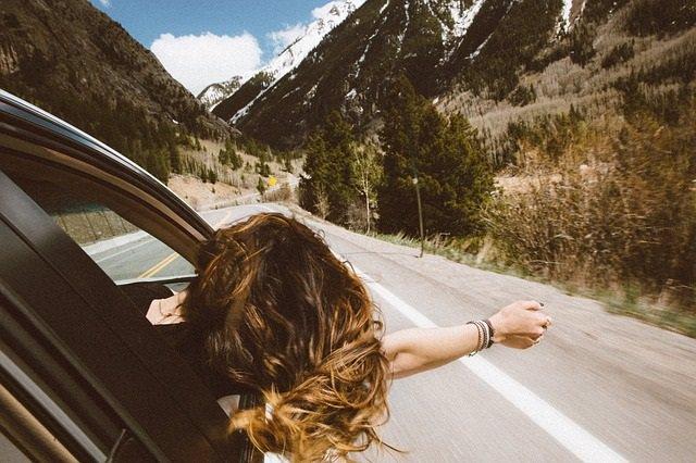 Viaje en coche, vacaciones, brazo fuera de la ventanilla