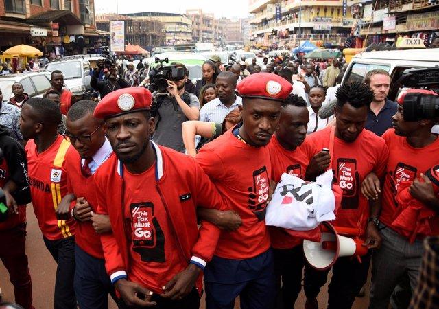 El cantante y diputado opositor Robert Kyagulanyi, alias Bobi Wine