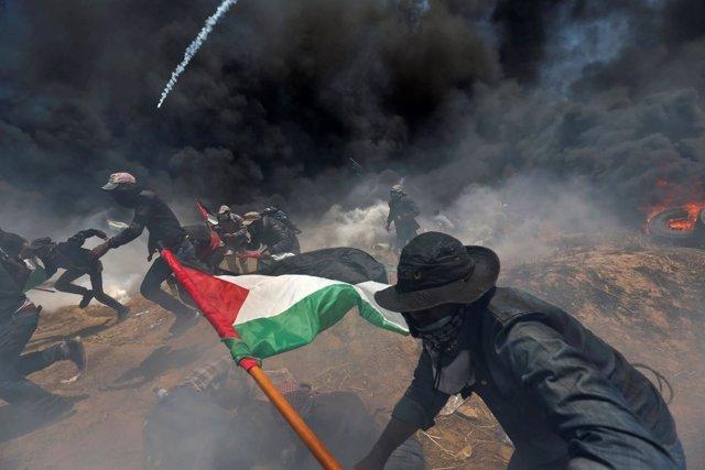Enfrentamientos entre palestinos y soldados israelíes en la frontera con Gaza