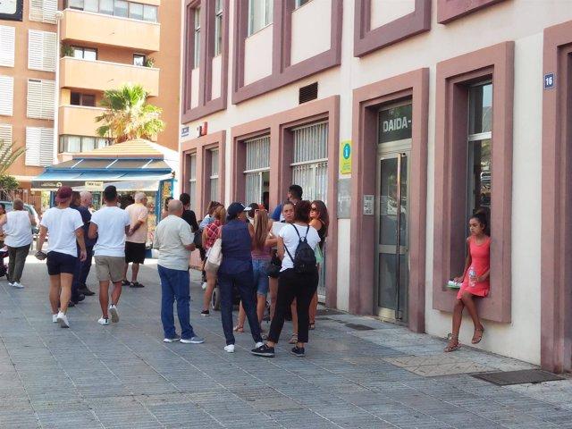 Un grupo de personas hace cola para solicitar las ayudas para vivienda